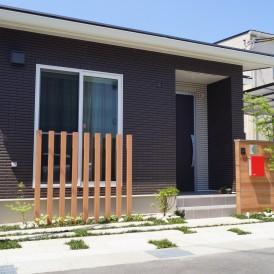 たつの市外構|一条工務店のお家に自然素材と植栽グリーンを絡めた緑豊かな...