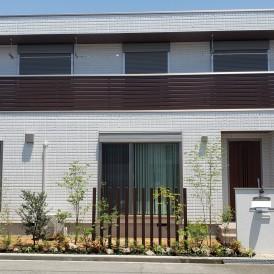 姫路市新築外構|木目調アルミ角柱のスリットフェンスと緑豊かな植栽で道路...
