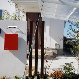 太子町新築外構|塗り壁外壁の可愛らしい住宅に植栽を多く取り入れたオープ...