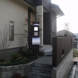 オリジナル板塀と門柱の和モダンデザインの庭 姫路市H様邸